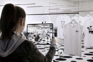 Kundin entdeckt den Hipanda Store in Tokio mit Hilfe von Augmented Reality