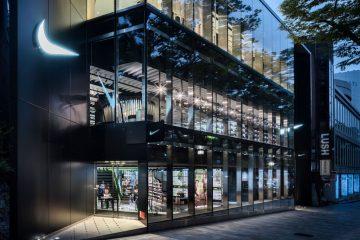 Verglaste Fassade des neuen Nike Stores in Tokio