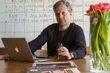 Mattias Wallin an seinem Schreibtisch.