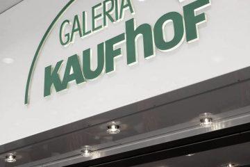 Eingang Galeria Kaufhof mit Logo der Warenhauskette