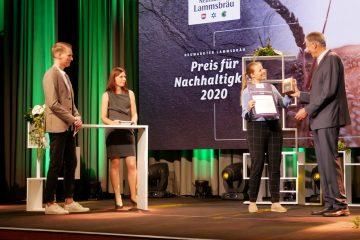 Lisa Fiedler von Vaude nimmt den Lammsbräu Nachhaltigkeitspreis entgegen