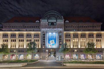 Fassade des KaDeWe in Berlin mit Schaufenster Dolce Vita